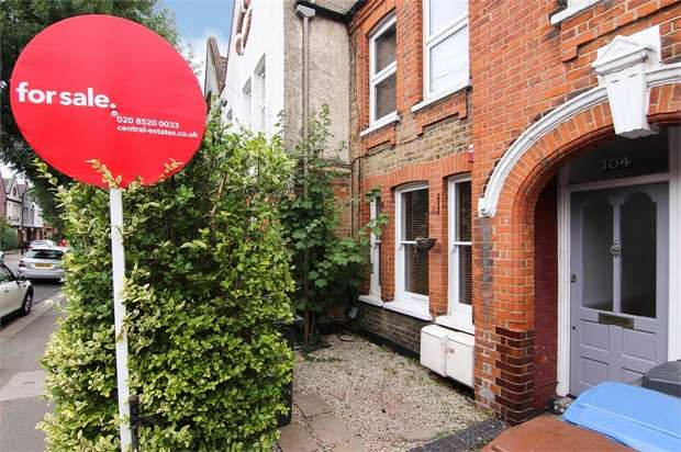 2 Bedrooms Flat for sale in Carr Road, Walthamstow, London