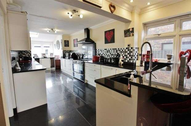 5 Bedrooms Detached House for sale in Villa Road, Benfleet