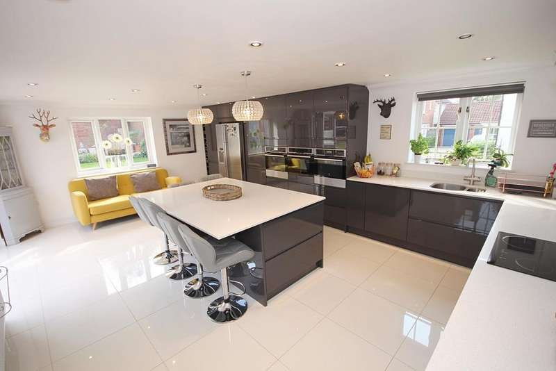 5 Bedrooms Detached House for sale in Queenborough Lane, Great Notley, Braintree, CM77