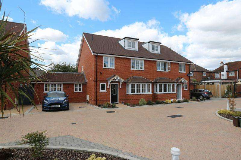 5 Bedrooms Detached House for sale in Cressex Square, High Wycombe