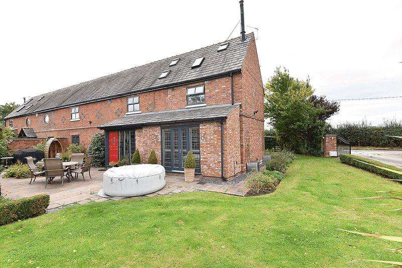 4 Bedrooms Semi Detached House for sale in Lovely barn conversion in Bradwall