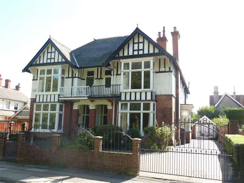 6 Bedrooms Semi Detached House for sale in PARK DRIVE, GRIMSBY