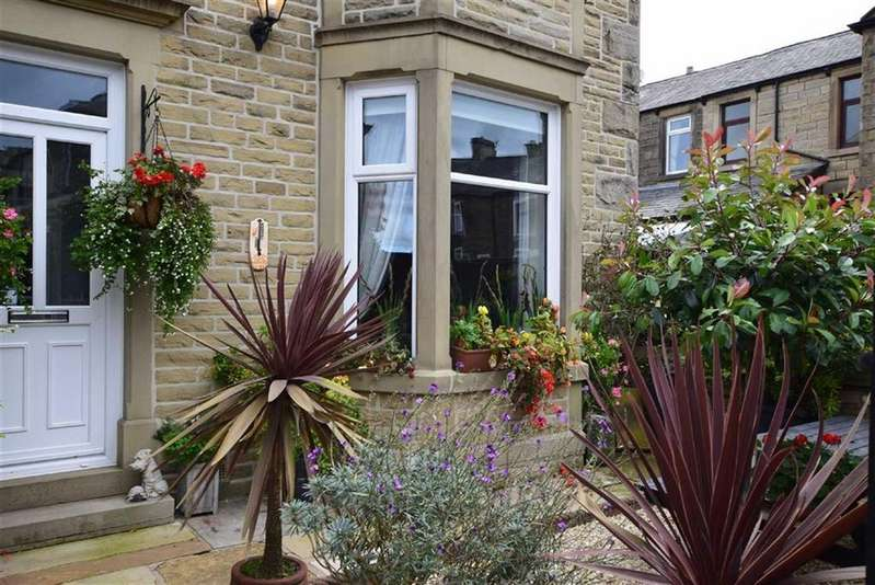 4 Bedrooms Terraced House for sale in Park Road, Barnoldswick, Lancashire