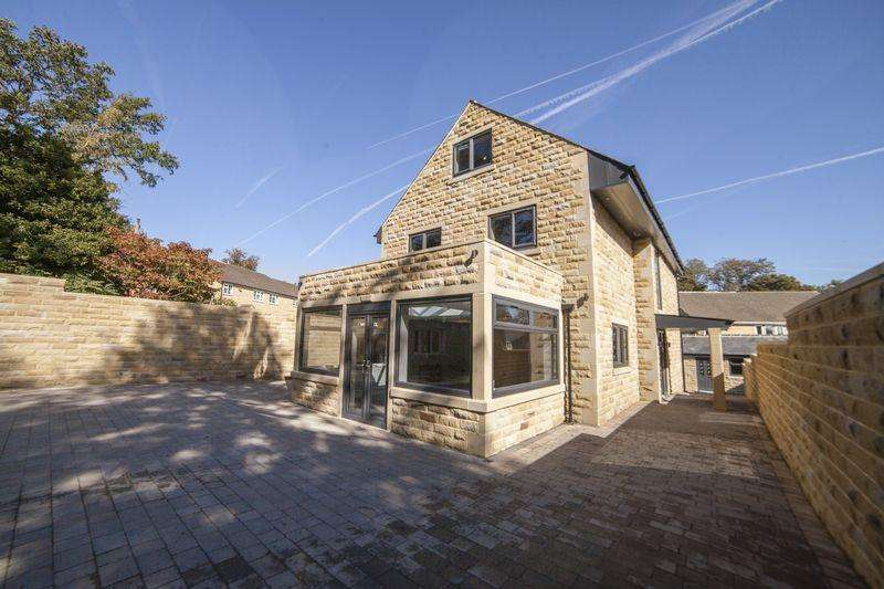 5 Bedrooms Detached House for sale in Broomfield Avenue, Savile Park, Halifax