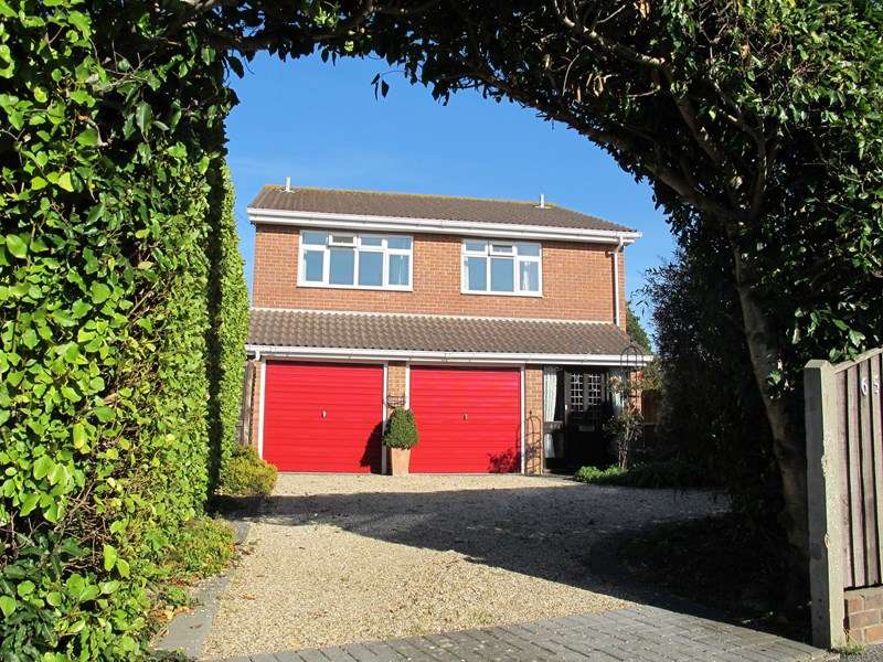 4 Bedrooms Detached House for sale in Stubbington Lane, Fareham