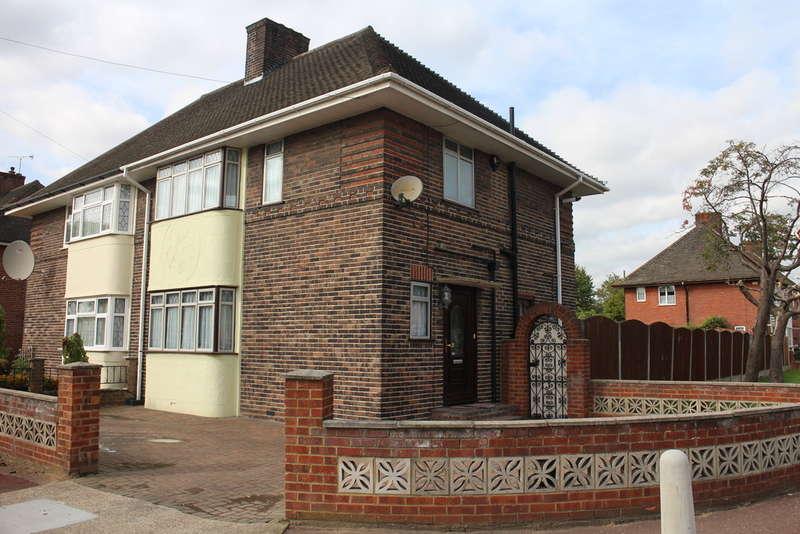 3 Bedrooms Semi Detached House for sale in Rusper Road, Dagenham