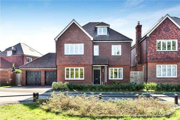 5 Bedrooms Detached House for sale in Cuckoo Crescent, Blackwater, Surrey