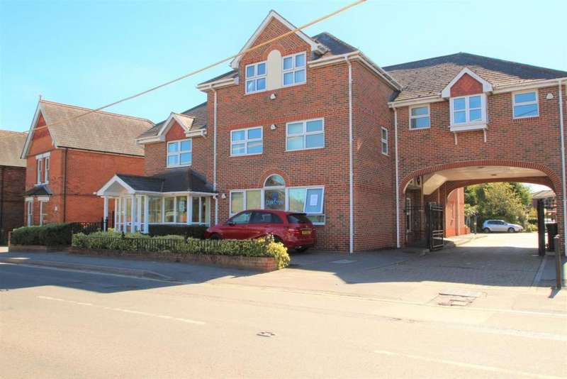 3 Bedrooms Flat for sale in Crichton Court, Mortimer, RG7