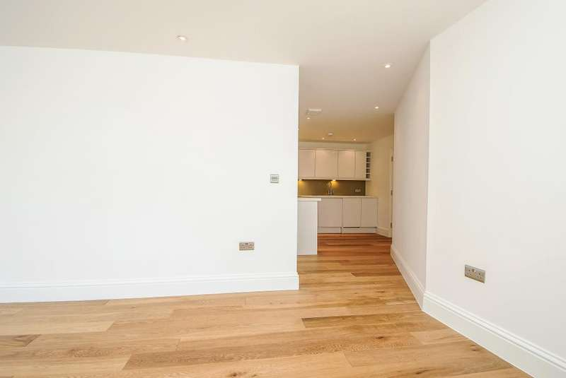 2 Bedrooms Flat for sale in Market Place, Newbury, RG14