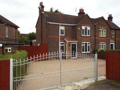 3 Bedrooms Semi Detached House for sale in Roman Road, Luton, Bedfordshire, England