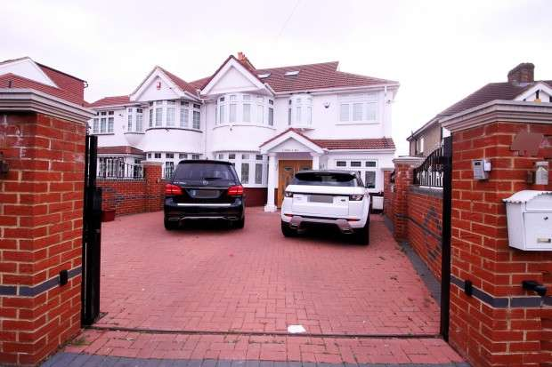 4 Bedrooms Semi Detached House for sale in Broad Walk , Hounslow, TW5