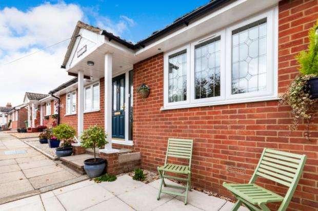 2 Bedrooms Bungalow for sale in Sandhurst, Berkshire