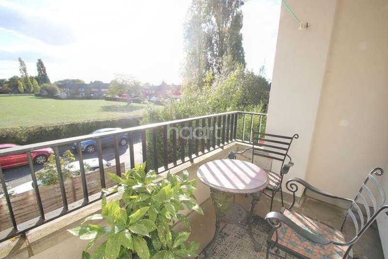 2 Bedrooms Flat for sale in Reddington Drive, Langley
