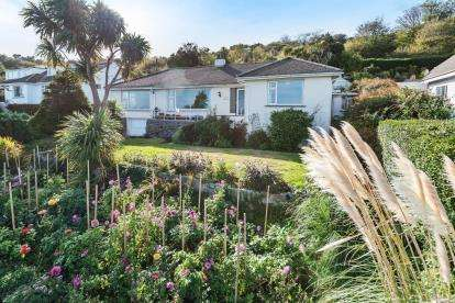 3 Bedrooms Bungalow for sale in Mousehole, Penzance, Cornwall