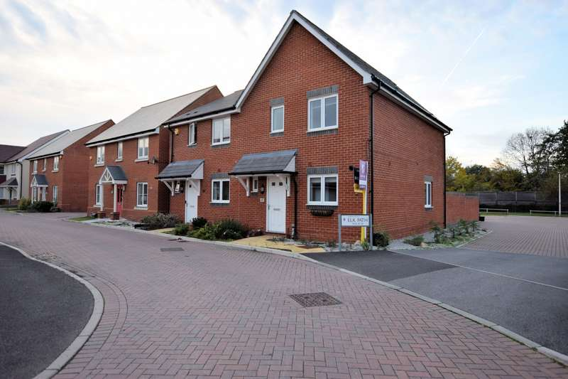 3 Bedrooms Semi Detached House for sale in Fawn Drive, Three Mile Cross, Reading, RG7