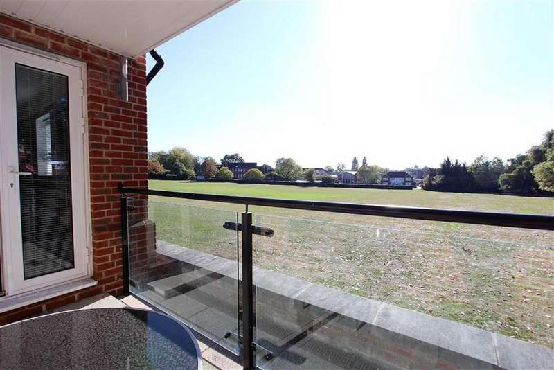 2 Bedrooms Flat for sale in Fielding Court, Loughton, Essex