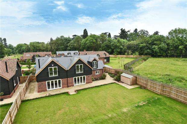 5 Bedrooms Detached House for sale in Bath Road, Littlewick Green, Berkshire