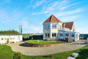 4 Bedrooms Detached House for sale in Blakeney Avenue, Peacehaven, East Sussex, .