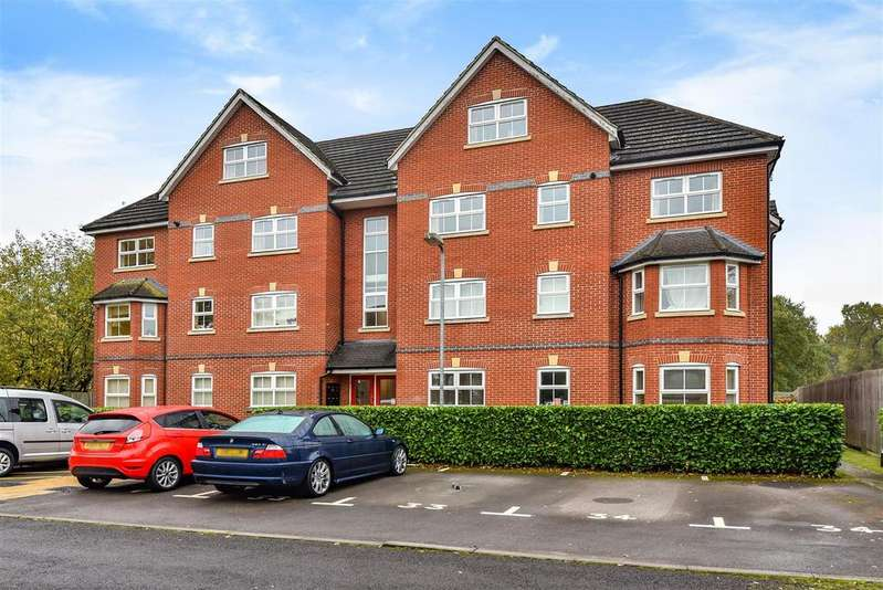 3 Bedrooms Apartment Flat for sale in St. Francis Close, Crowthorne, Berkshire RG45 6DF