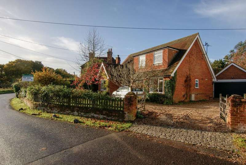 4 Bedrooms Detached House for sale in Hunts Common, Hartley Wintney, Hampshire