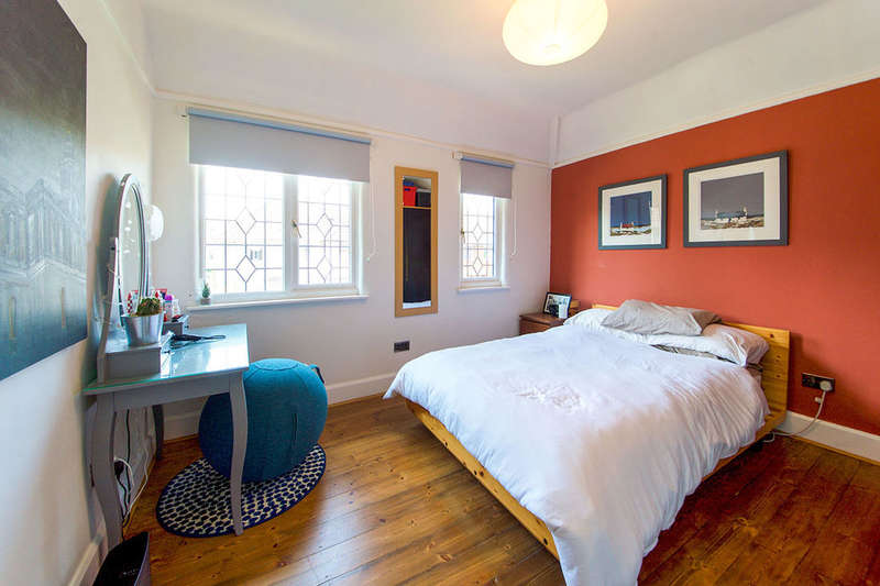 3 Bedrooms Detached House for sale in Alliance Road, London, E13