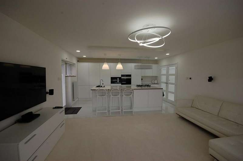 3 Bedrooms Link Detached House for sale in East Park Avenue, Blackburn