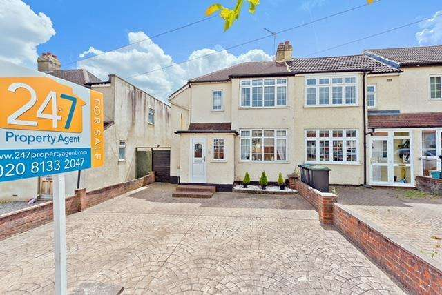 3 Bedrooms Semi Detached House for sale in Rollesby Road, Chessington, KT9