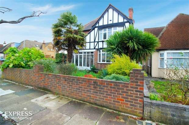 3 Bedrooms Detached House for sale in Marlborough Drive, Ilford, Greater London