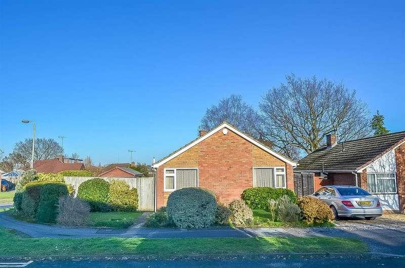 3 Bedrooms Detached Bungalow for sale in Holmes Crescent, Wokingham