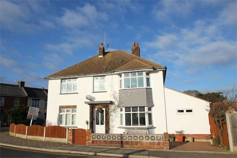 4 Bedrooms Detached House for sale in Station Street, WALTON-ON-THE-NAZE