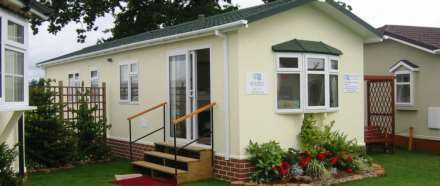 2 Bedrooms Mobile Home for sale in Surrey Hills Residential Park, Surrey