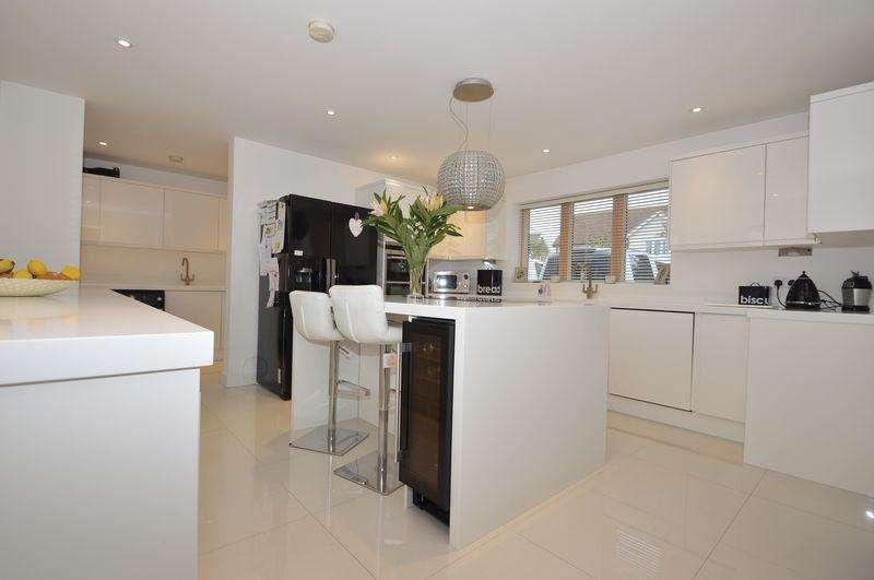 5 Bedrooms Detached House for sale in BEMBRIDGE VILLAGE
