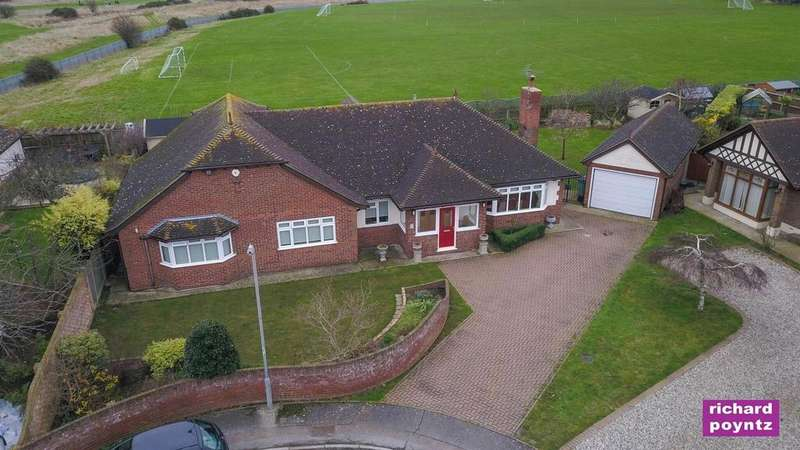 3 Bedrooms Detached Bungalow for sale in Castle View Road, Canvey Island
