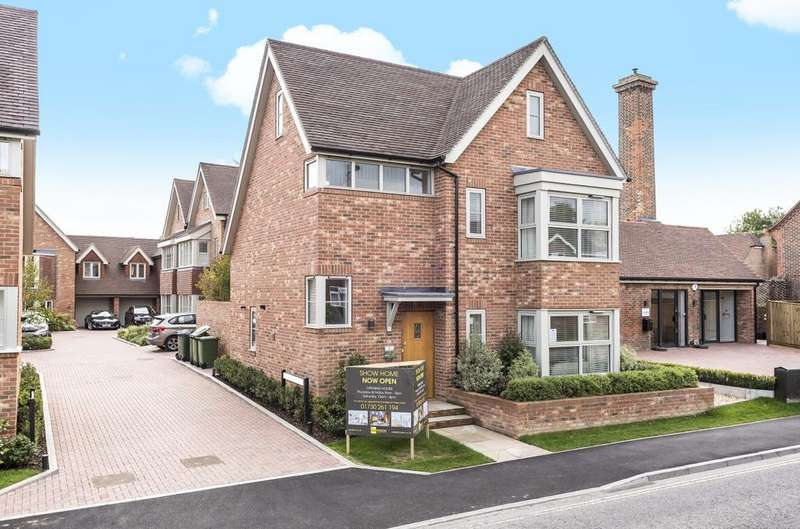 4 Bedrooms Detached House for sale in Station Road, Petersfield, GU32