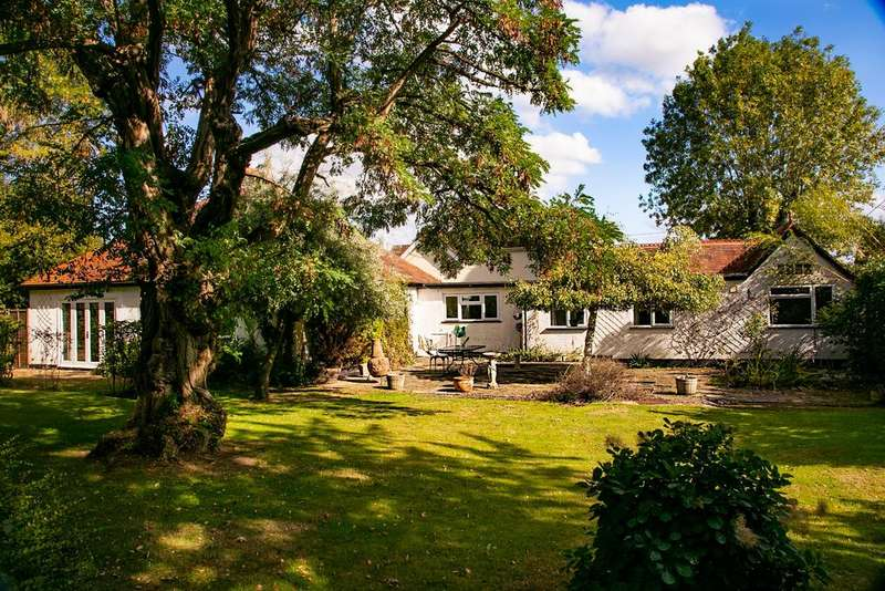 4 Bedrooms Detached Bungalow for sale in Croft Road, Spencers Wood, Reading, RG7 1DR