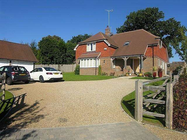 4 Bedrooms Detached House for sale in Newlands Drive, Burwash Weald, East Sussex, TN19 7FB