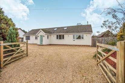 3 Bedrooms Bungalow for sale in Shropham Road, Great Hockham, Norfolk