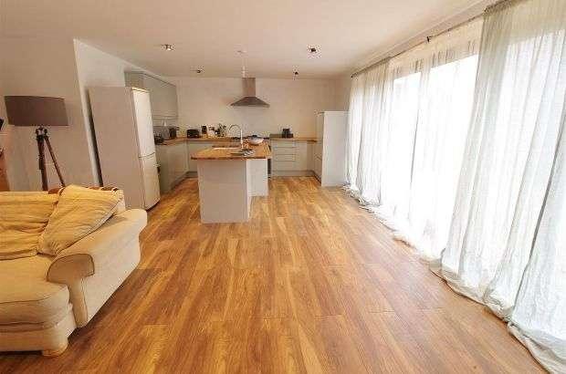 4 Bedrooms Semi Detached House for sale in Hazlemere Road, Benfleet