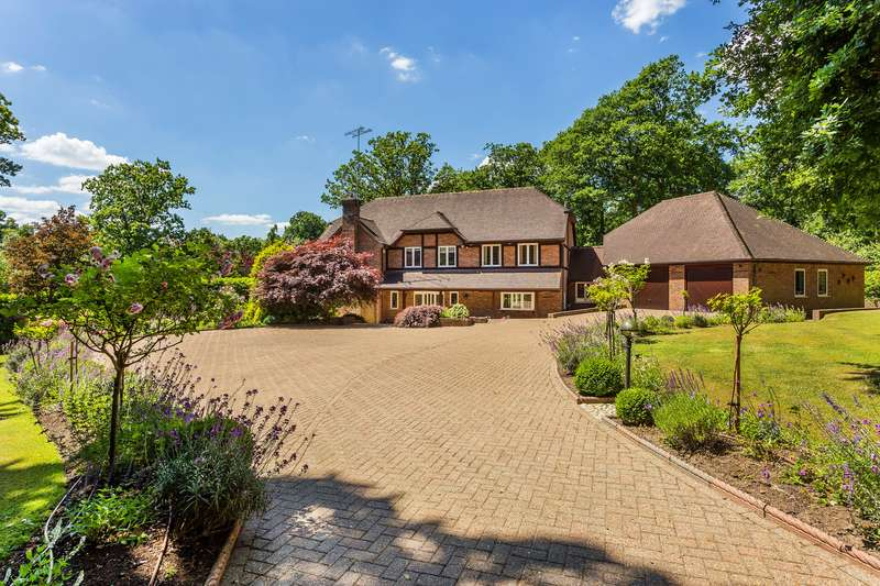 6 Bedrooms Detached House for sale in Dormans Park, RH19 2LN