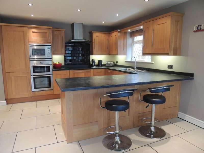 4 Bedrooms Detached House for sale in Astle Close, Middlewich