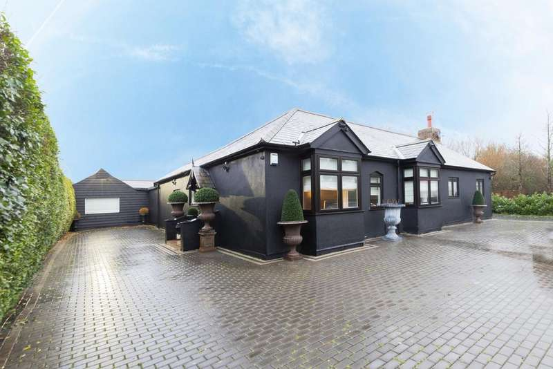4 Bedrooms Detached House for sale in Water Lane, Roydon, CM19