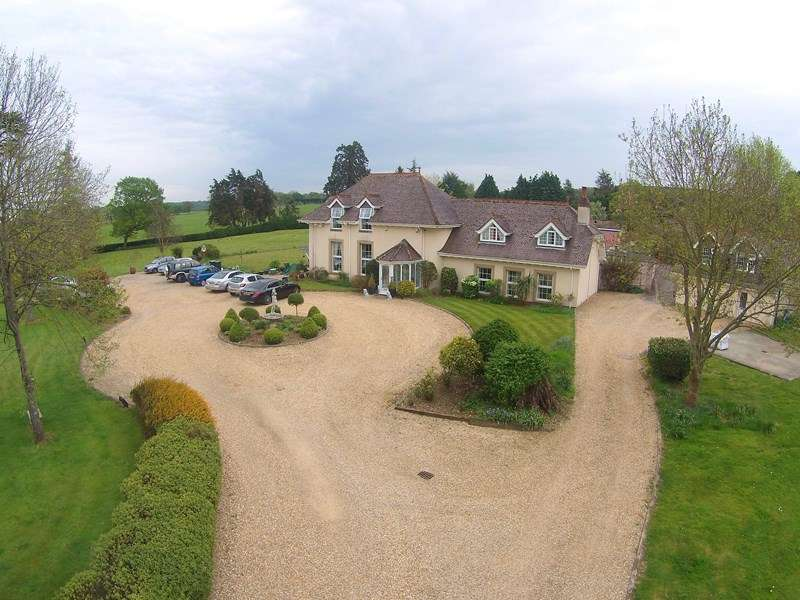 4 Bedrooms Detached House for sale in Dorchester Road, Sturminster Marshall, Wimborne