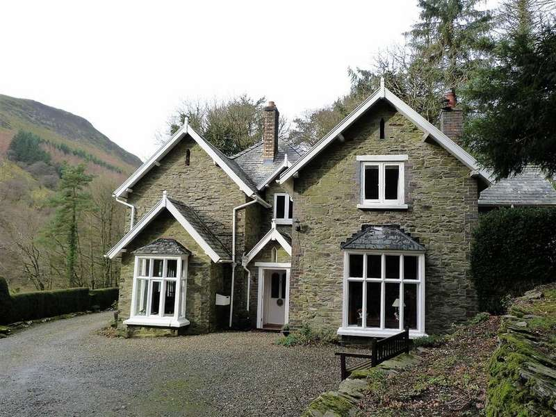 4 Bedrooms Detached House for sale in Glyn Gwy, Rhayader, Powys, LD6