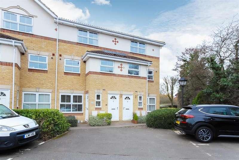 3 Bedrooms Maisonette Flat for sale in Manor Court, Cippenham