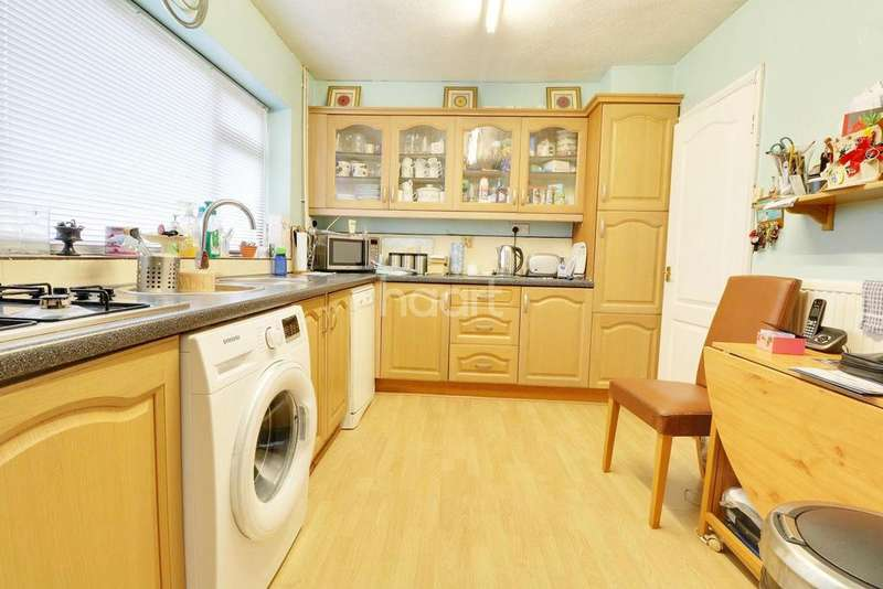 3 Bedrooms Semi Detached House for sale in Stanmore Crescent