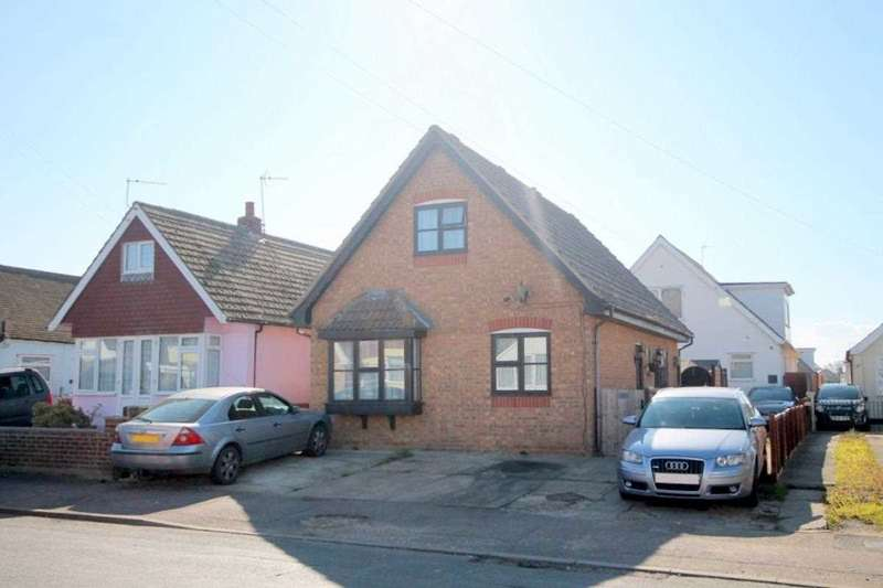 3 Bedrooms Detached House for sale in Golf Green Road, Jaywick