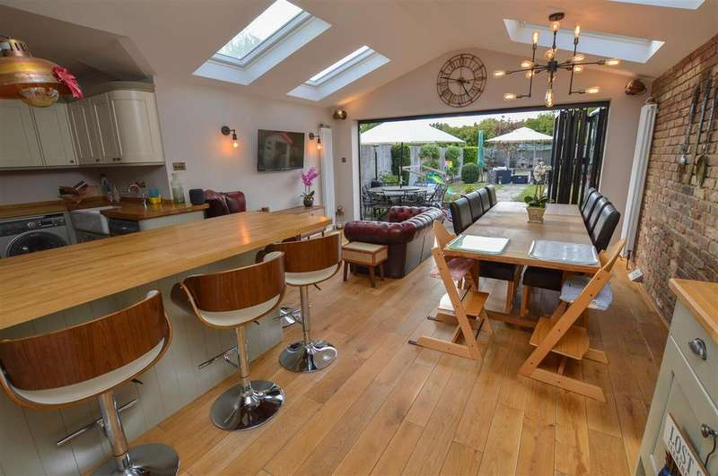 3 Bedrooms Terraced House for sale in North Cottages, Napsbury, St. Albans, AL2