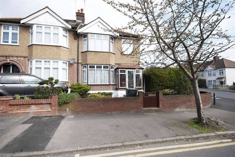 3 Bedrooms Semi Detached House for sale in Walnut Way, Buckhurst Hill