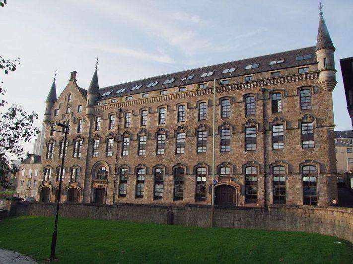 3 Bedrooms Flat for sale in Bonnethill Place, Dundee, DD1 2AD