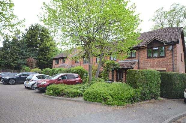 2 Bedrooms Maisonette Flat for sale in Britten Close, Ash, Surrey